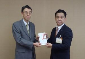 長谷川理事長(写真左)から五泉市佐久間こども課課長へ贈呈