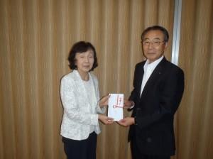 栃倉理事長(写真・右)からみずほ保育園の加藤先生に贈呈