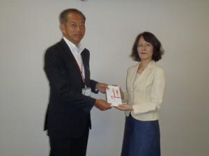 赤川理事・業務部長からさつき荘の小野寺施設長に贈呈