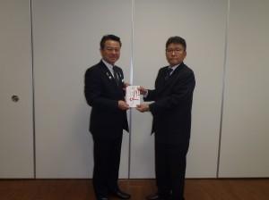 小野澤理事長(写真・左)から金城幼稚園・保育園の角谷園長に贈呈