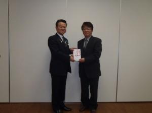 小野澤理事長からたんぽぽ保育園の上村事務長に贈呈