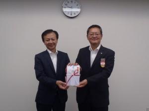 稲垣理事長(写真・左)からJR東日本新潟支社宇野室長に贈呈