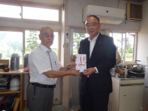 小川理事長(写真・右)から割野こども園・八木理事長に贈呈