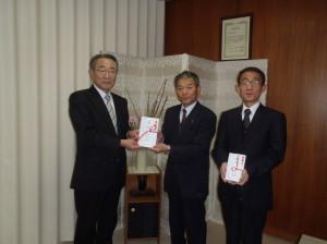 栃倉理事長(写真・左)からかたひがし保育園の星野理事長、竹内園長に贈呈