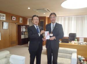 佐藤理事長(写真・左)から國定勇人三条市長に贈呈
