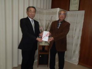 栃倉理事長(写真・左)からスポーツ少年団本間会長に贈呈