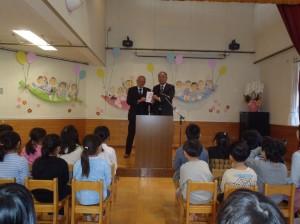 小川理事長(写真・右)から松山理事長に贈呈