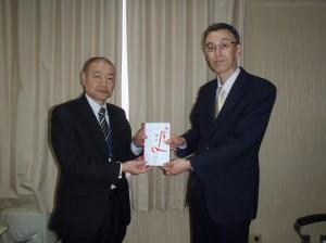 長谷川理事長(写真・右)からふなおか学園飯利事務局長に贈呈