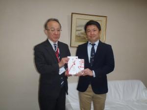 鈴木支店長(写真・左)から宮沢園長に贈呈