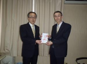 長谷川理事長(写真・右)からかがやきこども園村山事務局長に贈呈