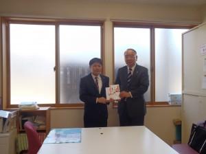 小川理事長(写真・右)から五十嵐理事長に贈呈