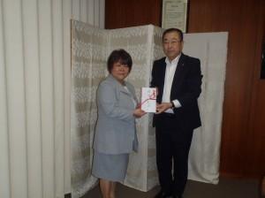 小杉理事長(写真・右)から石田副会長に贈呈