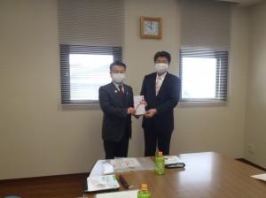 小野澤理事長(写真・左)から里咲学園羽吹園長に贈呈