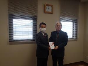 小野澤理事長(写真・左)からNPO法人Tap志田理事長に贈呈