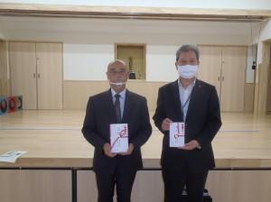 清水理事長(写真・右)から八木理事長に贈呈