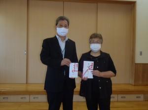 清水理事長(写真・左)から丹羽理事長に贈呈