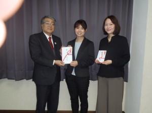 黒石理事長(写真・左)からのうごこちの皆さんに贈呈