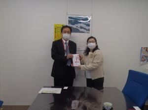 佐々木中条支店長(写真・左)から瀧澤園長に贈呈