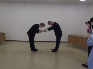 新潟県警察本部 増田生活安全部長(写真・右)から贈呈