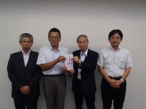 長谷川理事長(写真・右2人目)から昆団長に贈呈