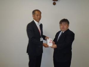 赤川理事・業務部長(写真・左)から新潟天使園の高野施設長に贈呈