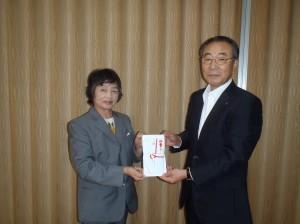 栃倉理事長から竹野町保育園の八田先生に贈呈
