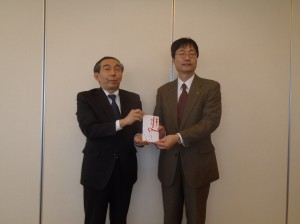 池内理事長(写真・左)から鈴木燕市長に贈呈
