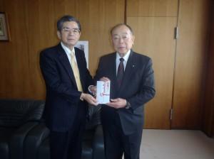 八子理事長(写真・左)から小林出雲崎町長に贈呈