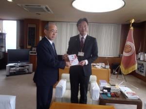 野上理事長(写真・左)から國定三条市長に贈呈