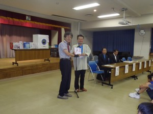 小野澤理事長(写真・右)から青木校長に贈呈