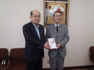 宇野理事長(写真・左)から亀田地区育成協議会 の矢部幸雄様に贈呈