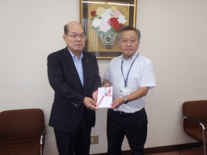 宇野理事長から横越地区育成協議会の 池田忠様に贈呈