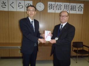 長谷川理事長から阿賀野市教育委員会の岩村教育長様に贈呈
