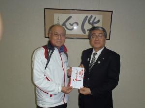 黒石理事長(写真・右)からマリンドリーム能生の清水様に贈呈