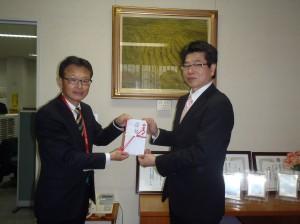 中野支店長(写真・左)から羽吹理事長様に贈呈