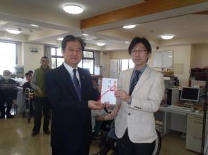 清水専務理事(写真・左)から山賀所長様に贈呈