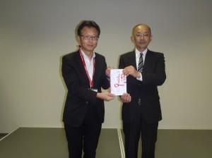 中野理事(写真・左)から坂井園長に贈呈
