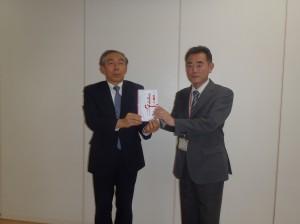 池内理事長(写真・左)から野瀬社長に贈呈
