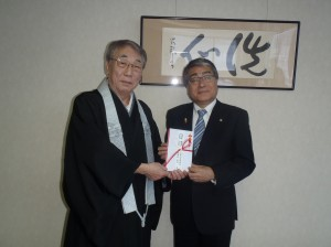 黒石理事長(写真・右)から糸魚川幼稚園井伊様に贈呈