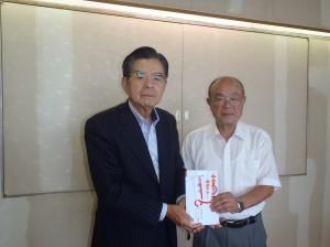 八子理事長(写真・左)から地蔵堂剣士会の金山会長に贈呈