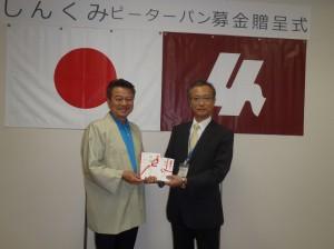 小野澤理事長(写真・左)から髙橋校長先生に贈呈