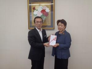 赤塚理事長(写真・左)から山口会長に贈呈