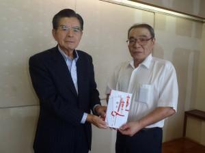 八子理事長(写真・左)から島上剣道クラブの長岡会長に贈呈