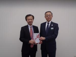 稲垣理事長(写真・左)からJR東日本新潟支社遠山室長に贈呈