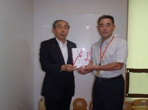 池内理事長(写真・左)から野瀬代表取締役に贈呈