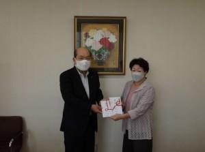 宇野理事長(写真・左)から山口会長に贈呈