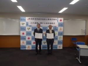 左側から長谷川会長、阿部新潟労働局長