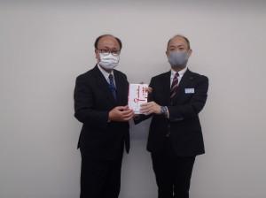 小林理事長(写真・左)からJR東日本下室室長に贈呈