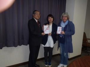 黒石理事長(写真・左)からマリンフレンズ・プロジェクトの皆さんに贈呈