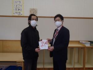 長嶋理事(写真・右)から斎藤園長に贈呈